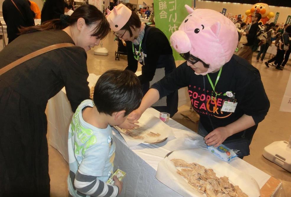 「お米育ち豚」試食ブースでは、かわいい豚のかぶり物をつけてPRしました。
